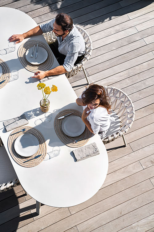 Varaschin - Outdoor living | coppia a pranzo all'aperto su sedie Emma Cross e tavolo Emma