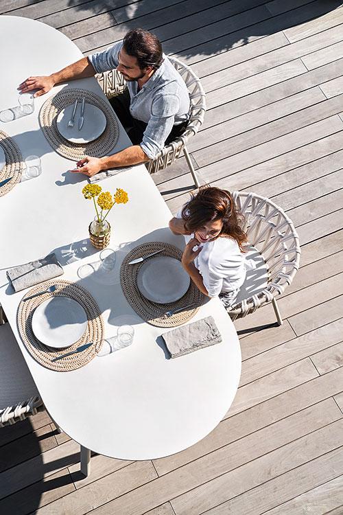 Varaschin - Outdoor living | coppia a pranzo all'aperto su sedie Emma Cross