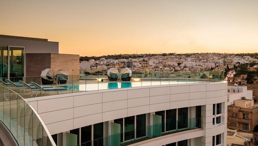 Varaschin - Hyatt Regency Hotel Malta | Bahia sunbeds rooftop poolside