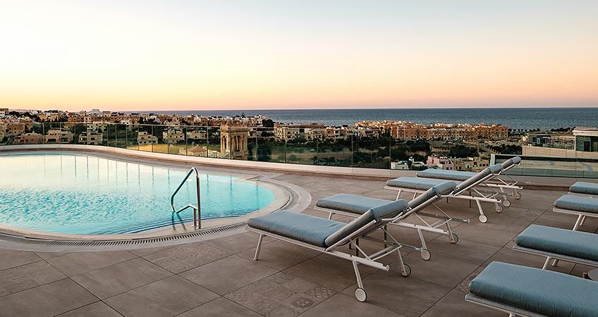 Varaschin | #OutdoorMoments | Hyatt Regency Hotel Malta | lettini Bahia bordo piscina